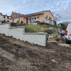 Mur en béton avec nivellement du terrain